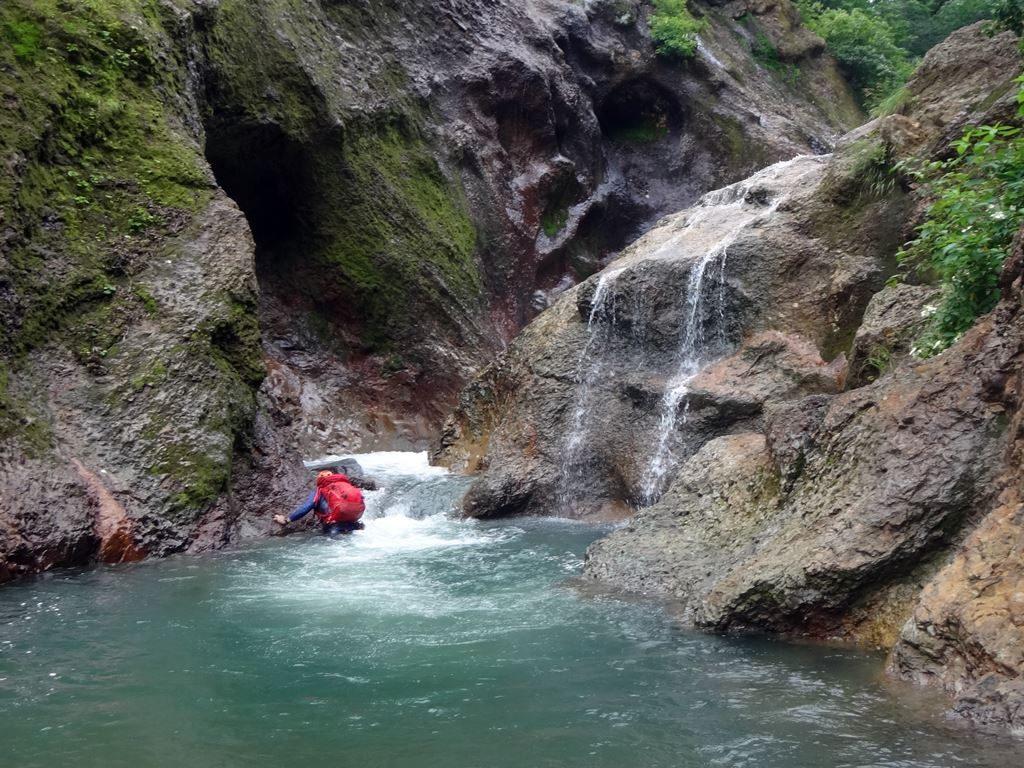 最初の滝で胸まで浸かり、もう怖いものなし