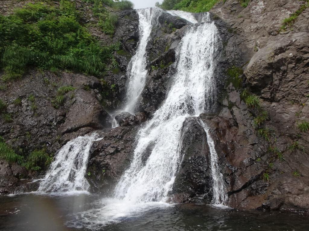 2条10mの滝は右壁を直登