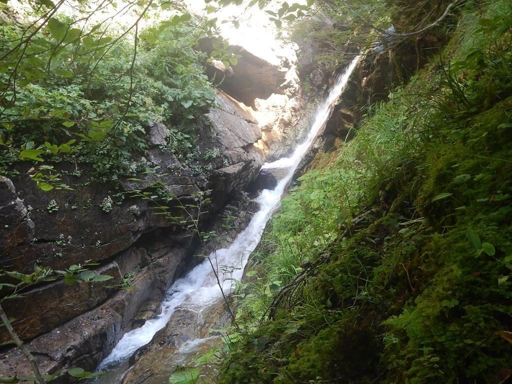 深沢手前のゴルジュ出口に懸かる滝