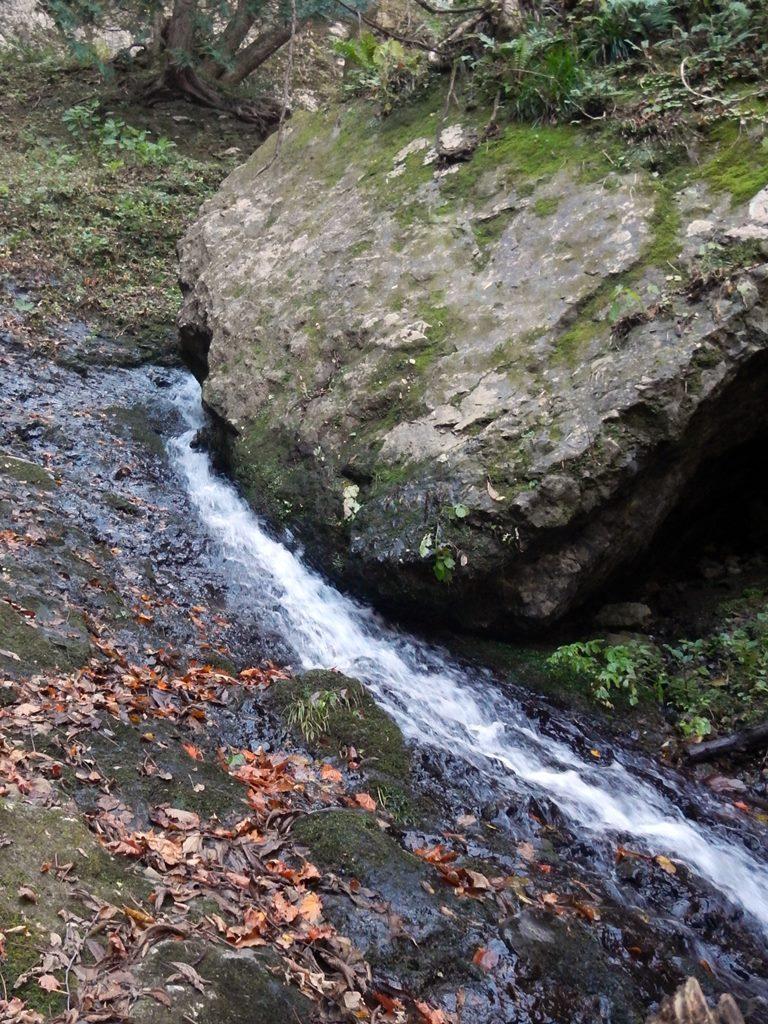 大岩のヘリを流れるスラブ滝