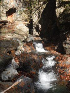 二段の小滝と不思議な穴
