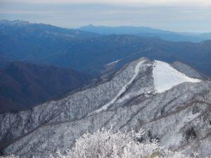 上州武尊の向こうに皇海山