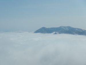 飯縄山方面は雲海が広がる