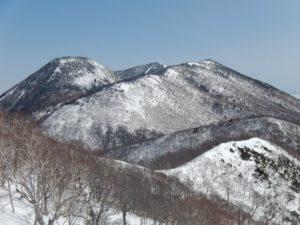 佐渡山山頂からは、黒姫山が指呼の距離だ