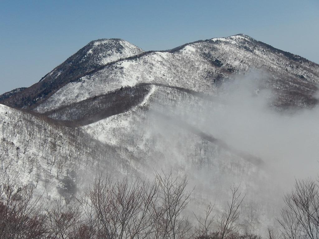 周囲が開け、黒姫山が見える
