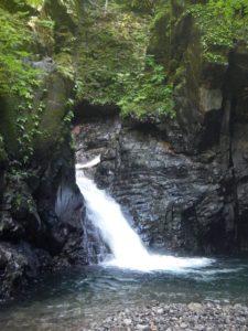 S字峡入り口の滝