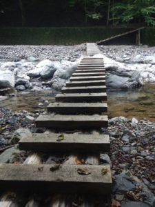 泉水谷を渡る木橋