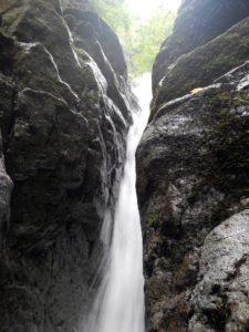 12m滝を近くから見上げる