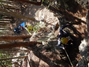 固定ロープにプルージックノットでシュリンゲをセットして岩場を登る