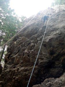 トップロープで岩場を登攀