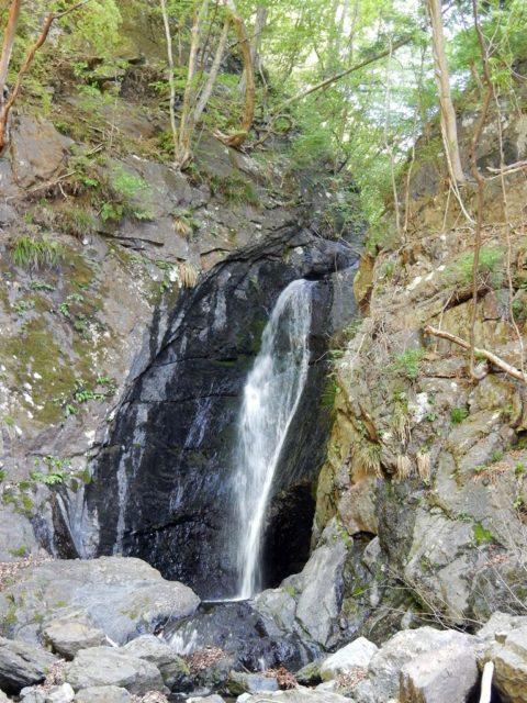 黒光りする7m滝