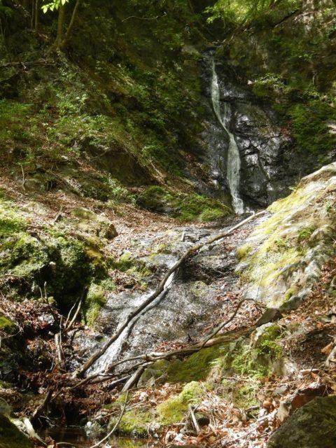 左俣出合いの小滝と捻じれた水流の12m滝