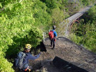 釜入沢に架かる橋を見下ろす
