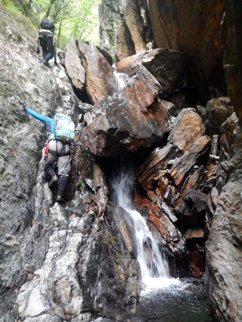岩屑の積み重なった滝