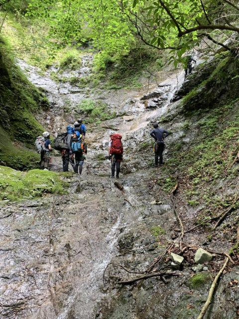 2段の滝では、先行パーティが登攀中