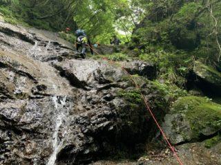 順番待ちの後、2段の滝を登る体験者