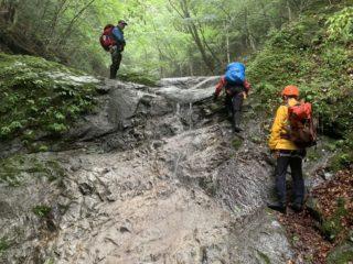 上部もナメ、ナメ滝が続く