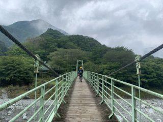中川川の吊り橋を渡れば、すぐに西丹沢自然教室だ