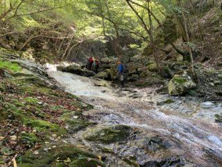 岩盤の発達した渓相