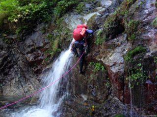 左岸に湧水のある10m滝をリードする丸山リーダー
