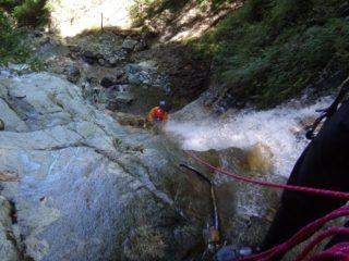 10m滝を水流を浴びながら登る