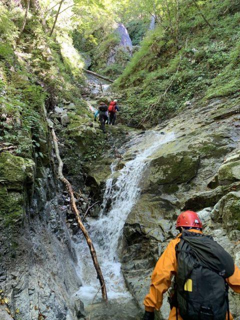 ゴルジュ内の滝は快適に登る