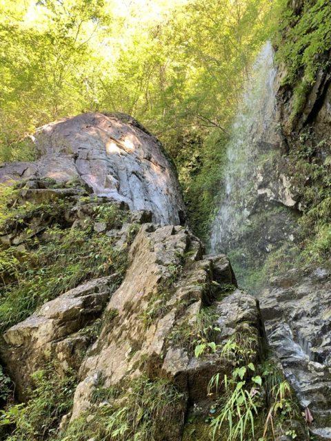 大岩のある滝全景