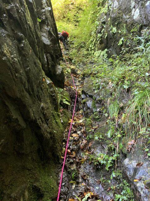 大岩のある滝、泥ルンゼを登る